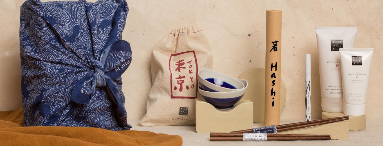 Coupelles et baguettes japonaises avec produits Rituals